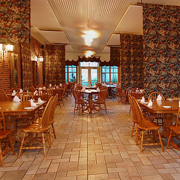 What are the food and drink options available to guests at Norfolk Lodge & Suites?