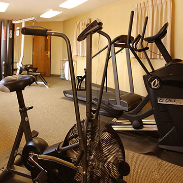 What fitness facilities are available at Norfolk Lodge & Suites?