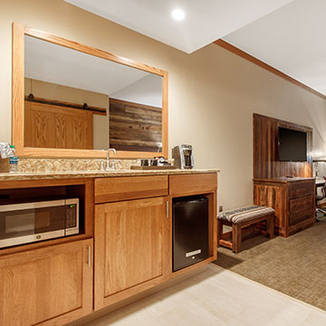 What in-room amenities are available at Norfolk Lodge & Suites?
